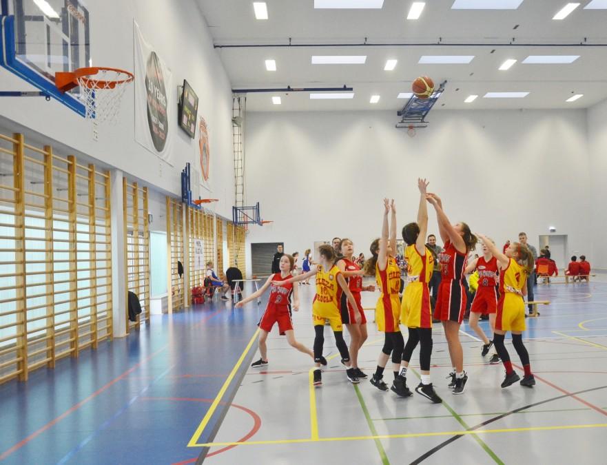 mecz koszykówki dziewcząt w Międzynarodowym Liceum Ogólnokształcącym we Wrocławiu na hali sportowej